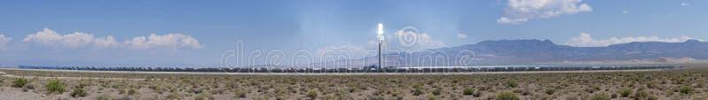 Panorama termal concentrado de la planta de energía solar imagenes de archivo