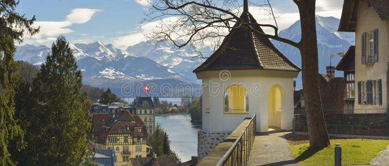 Panorama Thun miasteczko z i kościół Alps i Thunersee obrazy royalty free