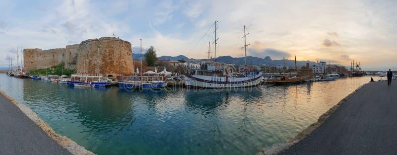 Panorama- tillfångatagande av de historiska 7th fartygen för århundradeANNONSslott och den gamla hamnen i Kyrenia, ö av Cypern arkivfoton