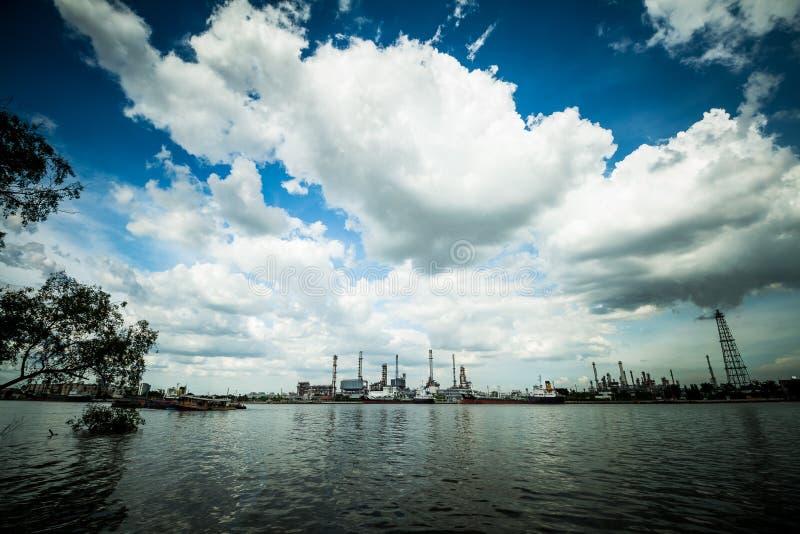 Panorama tiré de l'usine d'industrie de raffinerie de pétrole photo stock
