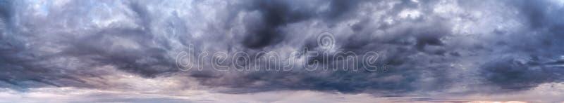 Panorama tormentoso das nuvens imagem de stock