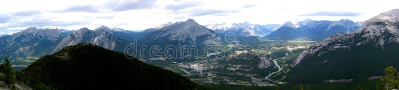 panorama- townsite för banff berg fotografering för bildbyråer