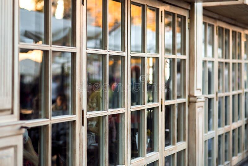 Panorama- träfönster ställer ut ett kafé shoppar arkivbilder