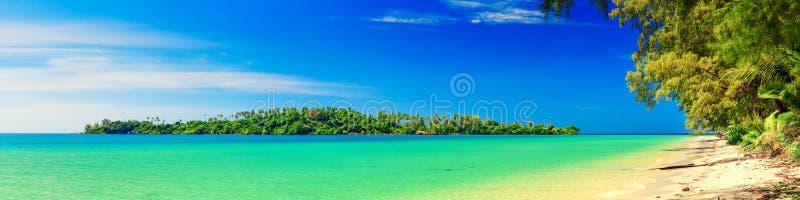 Panorama: Tropisk strand med kristallklart azurt havshavvatten arkivfoton
