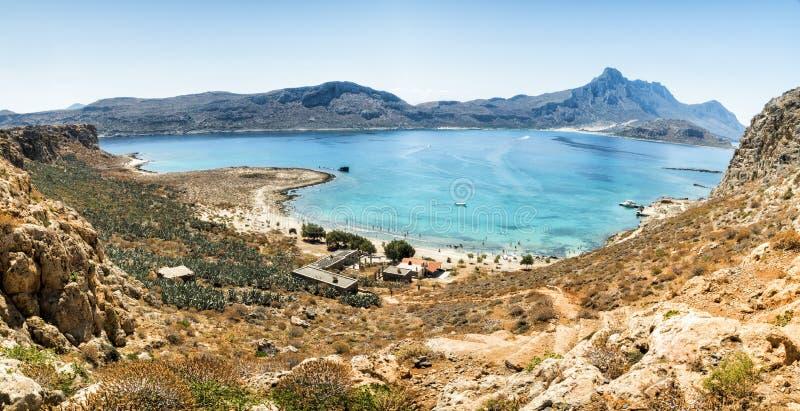 Panorama: Turquesa da lagoa de Balos e mar azul, vista do penhasco do forte da ilha, ilha da Creta, Grécia foto de stock royalty free