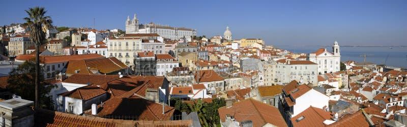 Panorama urbano do distrito de Alfama de Lisboa. imagens de stock royalty free