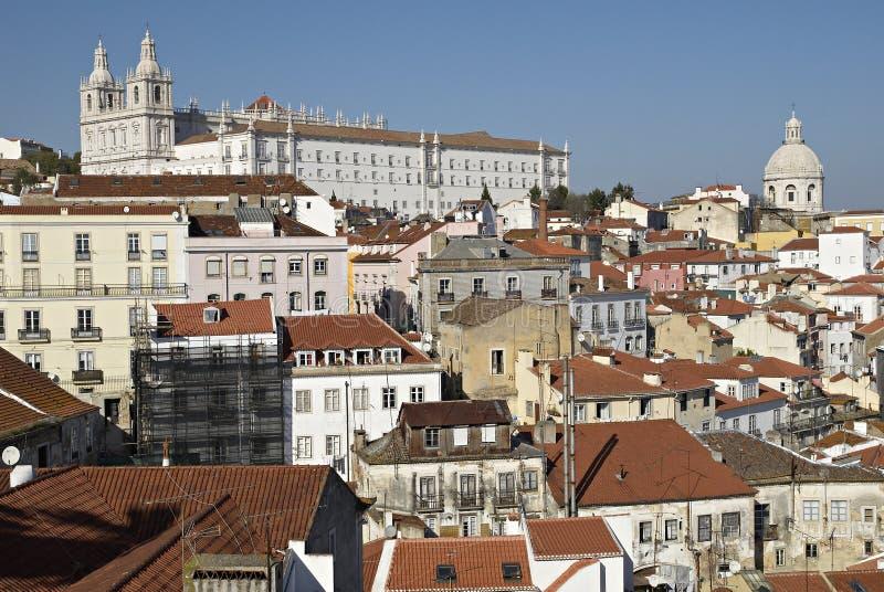 Panorama urbano do distrito de Alfama de Lisboa. imagem de stock