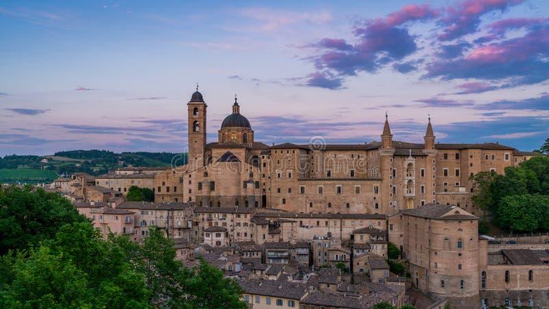 Panorama in Urbino bij zonsondergang, stad en de Plaats van de Werelderfenis in het gebied van Marche van Italië royalty-vrije stock afbeelding