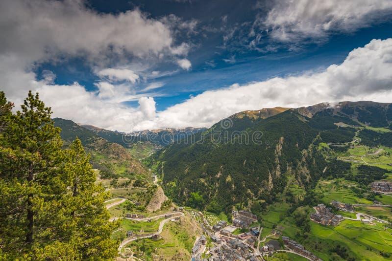 Panorama- utsikt över by och berg i Andorra royaltyfria bilder