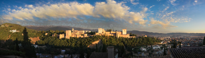 Panorama van Alhambra, Sierra Nevada en Granada stock afbeelding
