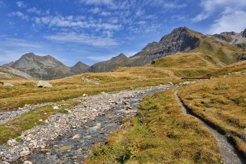 Panorama van Alpen: bergen en rivieren royalty-vrije stock foto
