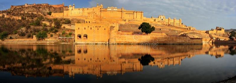 Panorama van Amber Fort in Maota-Meer dichtbij Jaipur, Radja wordt weerspiegeld die royalty-vrije stock foto