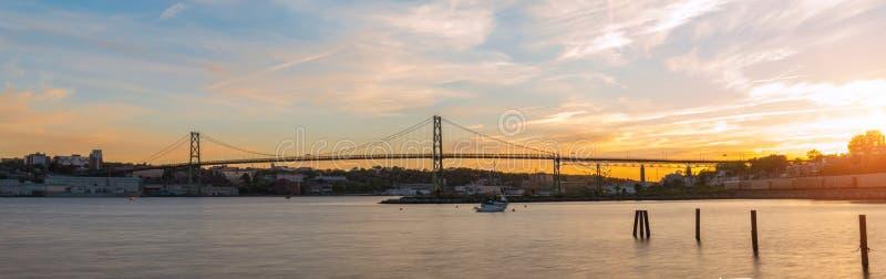 Panorama van Angus L Macdonald Bridge bij zonsondergang stock foto's