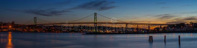 Panorama van Angus L Macdonald Bridge dat Halifax met D verbindt stock afbeelding