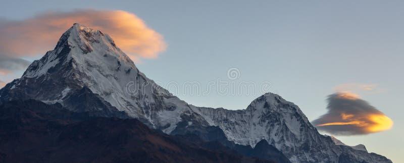 Panorama van Annapurna-Zuiden en mooie wolken tijdens zonsopgang van Poonhill, Nepal royalty-vrije stock foto