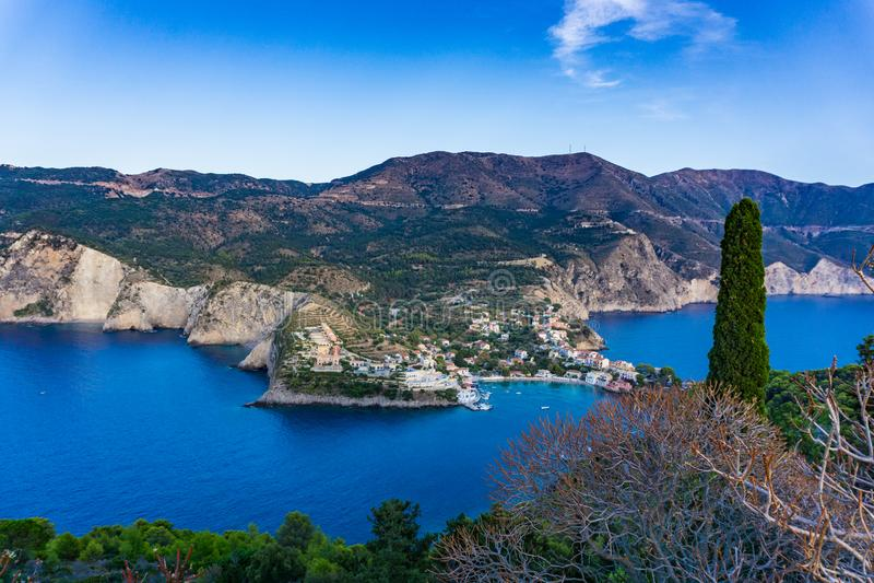 Panorama van Assos-dorp in Kefalonia, Griekenland royalty-vrije stock afbeeldingen