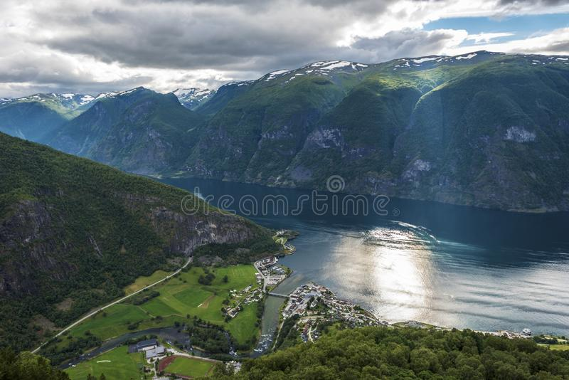 Panorama van Aurlandsfjord vanuit Stegastein-gezichtspunt in de provincie van Sogn og Fjordane van Norwey royalty-vrije stock foto
