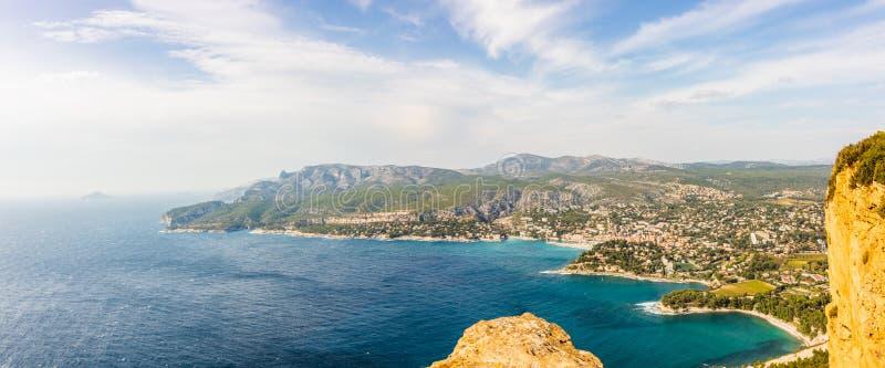 Panorama van baai van Cassissen, Cassissenstad, de Provence, Frankrijk stock afbeelding