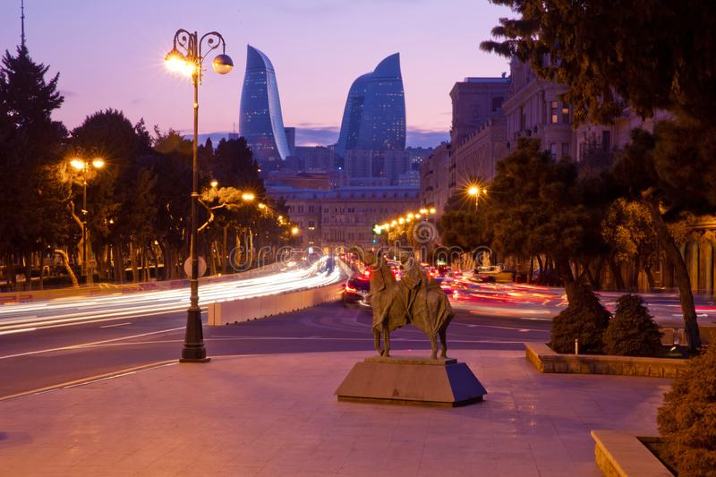 Panorama van Baku r Wegverbinding op verscheidene niveaus met zwaar autoverkeer r stock fotografie