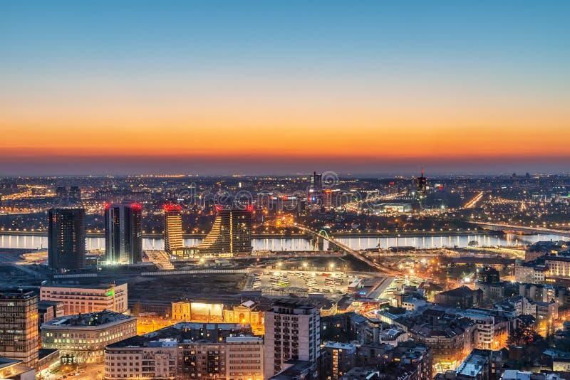 Panorama van Belgrado en Nieuw Belgrado, Waterkant Belgrado, Sava-rivier en bruggen bij schemering stock afbeelding