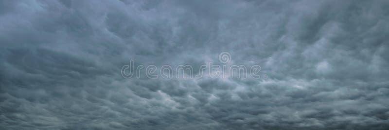 Panorama van bellen in de hemel, ook genoemd mammatuswolken stock afbeeldingen
