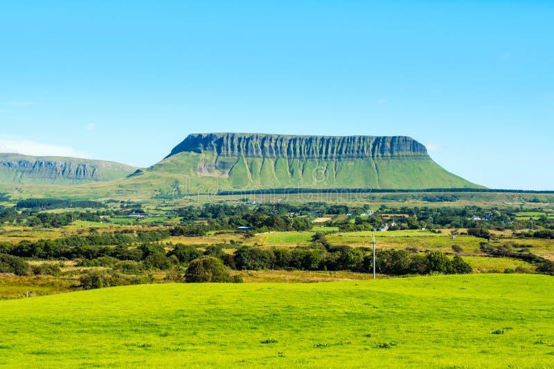 Panorama van Benbulbin-bergen tijdens de zonnige dag met landschap in Sligo, Ierland royalty-vrije stock afbeeldingen