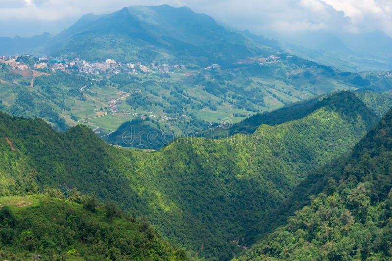 Panorama van bergbovenkanten in Vietnam stock fotografie