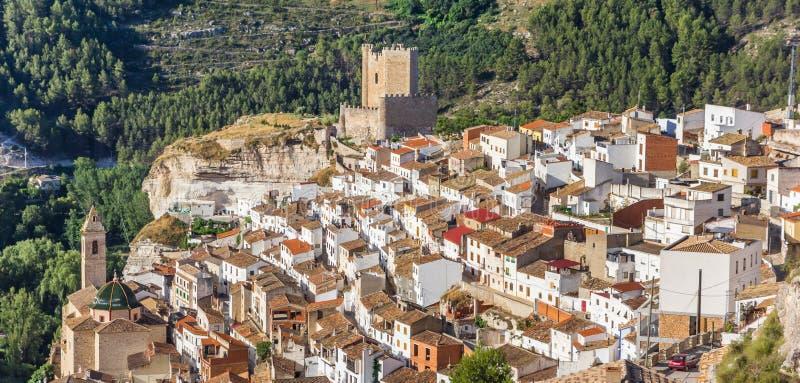 Panorama van bergdorp Alcala del Jucar royalty-vrije stock afbeeldingen