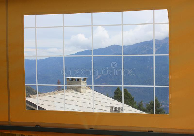 Panorama van bergen door het venster stock afbeeldingen