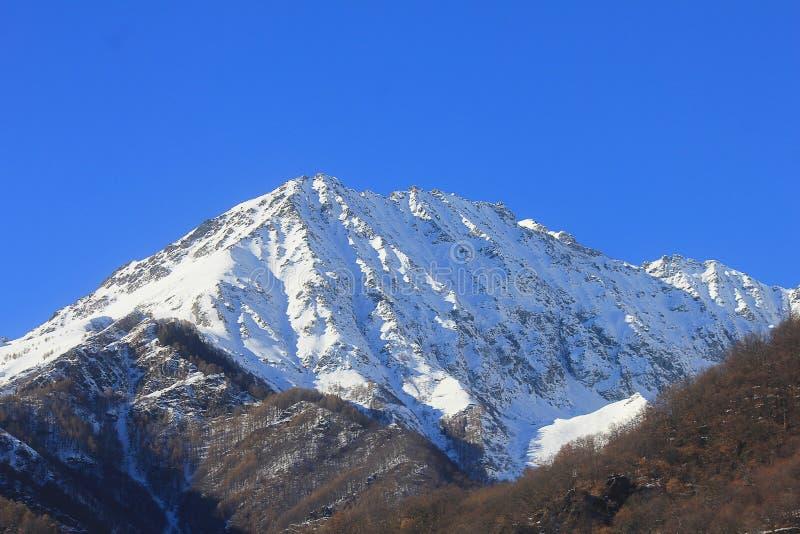 Panorama van bergen in een duidelijke dag in de winter royalty-vrije stock afbeelding