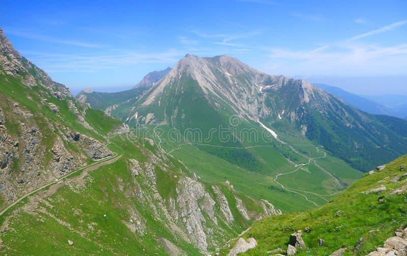 Panorama van bergen en vallei stock afbeeldingen