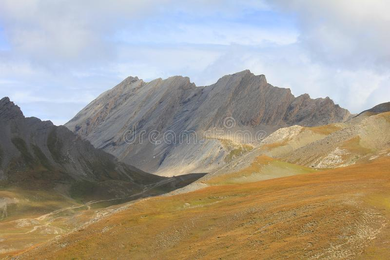 Panorama van bergen in September royalty-vrije stock afbeeldingen