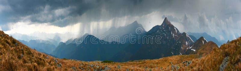 Panorama van bergketen in regenachtig weer stock afbeeldingen