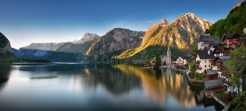 Panorama van Berglandschap in de Alp van Oostenrijk met meer, Hallsta stock foto's
