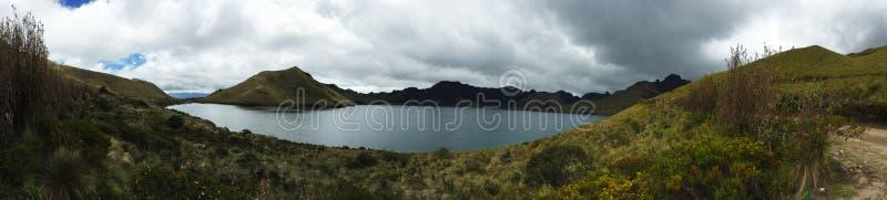 Panorama van Bergmening van een aardpark in de siërra van Ecuador bij een groot meer stock fotografie