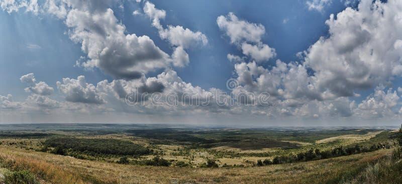 Panorama van bewolkte hemel over de gebieden stock fotografie