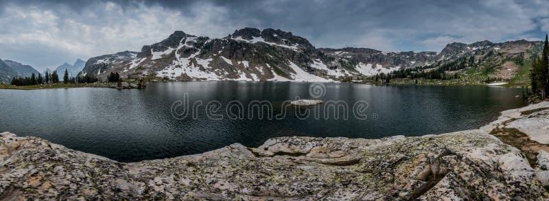 Panorama van Bewolkte Meereenzaamheid stock fotografie