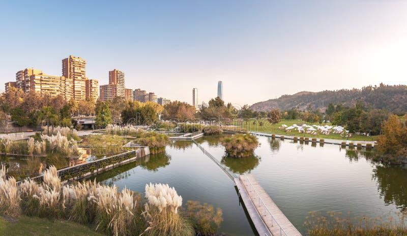 Panorama van Bicentenario-Park en de horizon van Santiago - Santiago, Chili royalty-vrije stock foto