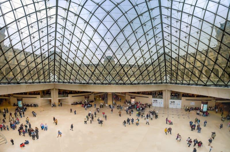 Panorama van binnen de Louvrepiramide in Parijs royalty-vrije stock afbeeldingen