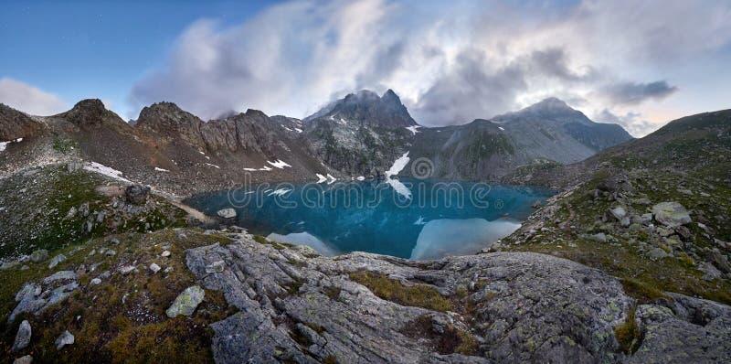 Panorama van Blauw bergmeer hoog in de bergen onaangeroerd stock foto's