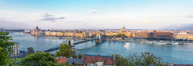 Panorama van Boedapest en Parlementsgebouw in Hongarije in de mooie herfst stock fotografie