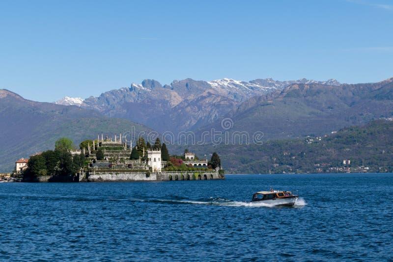Panorama van boot en eiland op Noordelijk de merengebied van Itali? royalty-vrije stock afbeeldingen