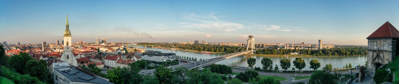 Panorama van Bratislava en de rivier van Donau stock foto's