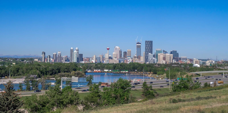 Panorama van Calgary en Rocky Mountains royalty-vrije stock afbeelding