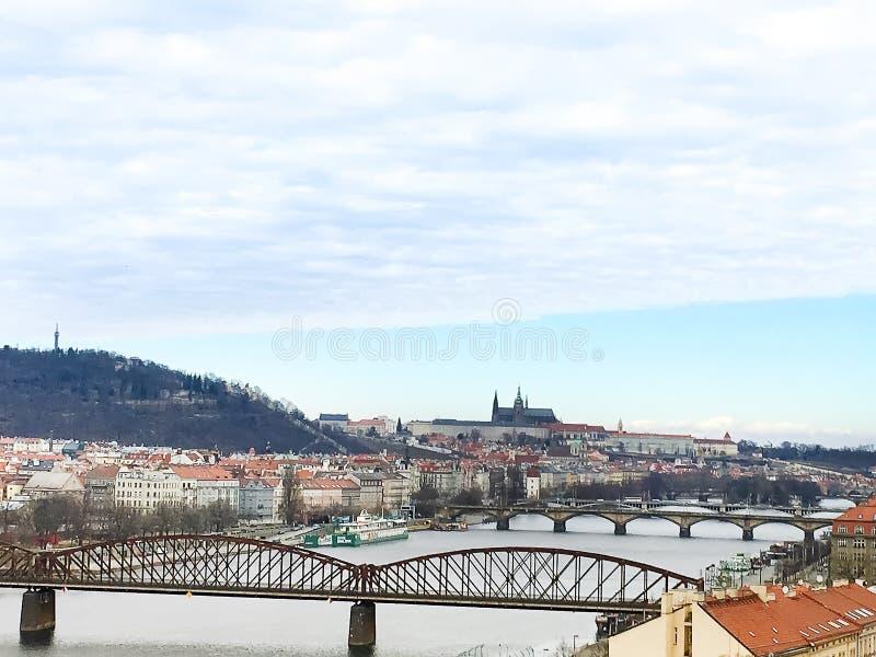 Panorama van Charles Bridge in Praag in een mooie dag, Tsjechische Republiek stock afbeelding