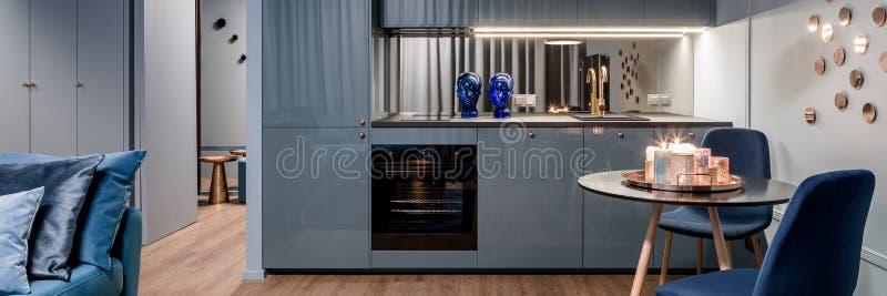 Panorama van charmant keukenbinnenland royalty-vrije stock fotografie