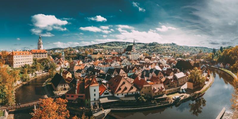 Panorama van Cityscape van Cesky Krumlov, Tsjechische Republiek De zonnige herfst royalty-vrije stock foto's