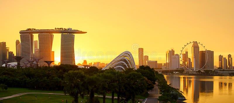 Panorama van cityscape van Singapore mooie bedrijfs moderne de bouwwolkenkrabber rond Jachthavenbaai bij zonsondergang ori?ntatie royalty-vrije stock afbeeldingen