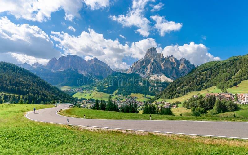 Panorama van Corvara in Badia-dorp in de zomer stock fotografie
