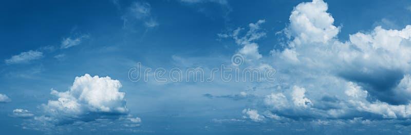 Panorama van daghemel met mooie wolken royalty-vrije stock foto